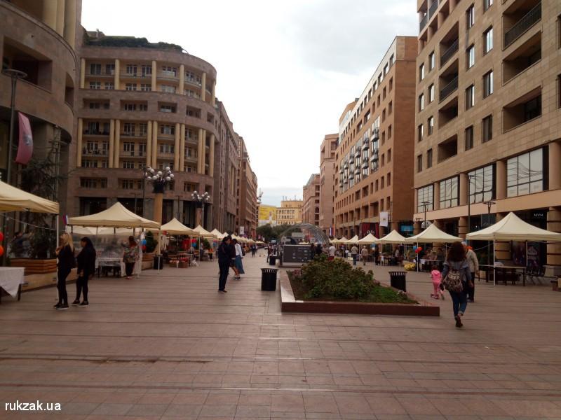Ереван. Одна из центральных улиц